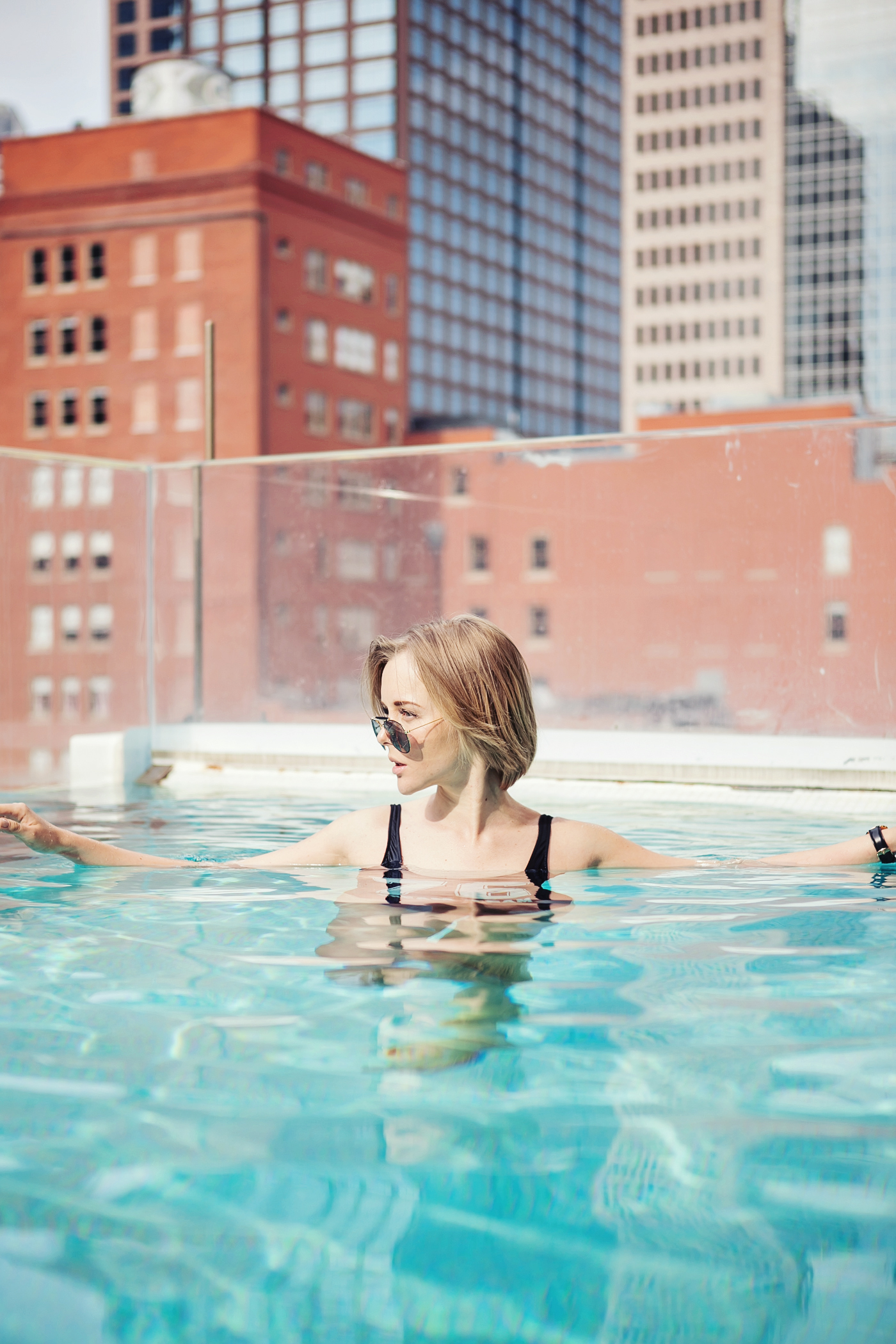 darya kamalova a fashion blogger from thecablook in dallas texas in jolie hotel in the roof swimming pool in zara one piece swimming suit and straw large hat for rewardstyle rsthecon-27 copy