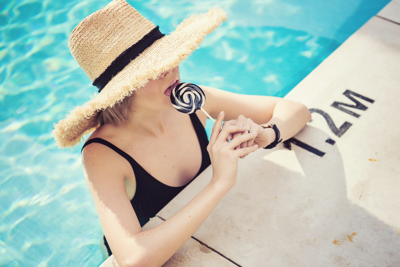 darya kamalova a fashion blogger from thecablook in dallas texas in jolie hotel in the roof swimming pool in zara one piece swimming suit and straw large hat for rewardstyle rsthecon-47 copy