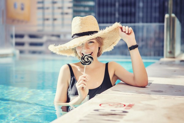 darya kamalova a fashion blogger from thecablook in dallas texas in jolie hotel in the roof swimming pool in zara one piece swimming suit and straw large hat for rewardstyle rsthecon-58 copy