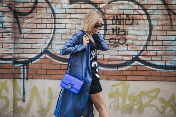 darya kamalova thecablook russian italian fashion blogger makes a street style in milan wearing asos long coat and monnier freres 31 phillip lim messenger bagin blue metallic-15-2