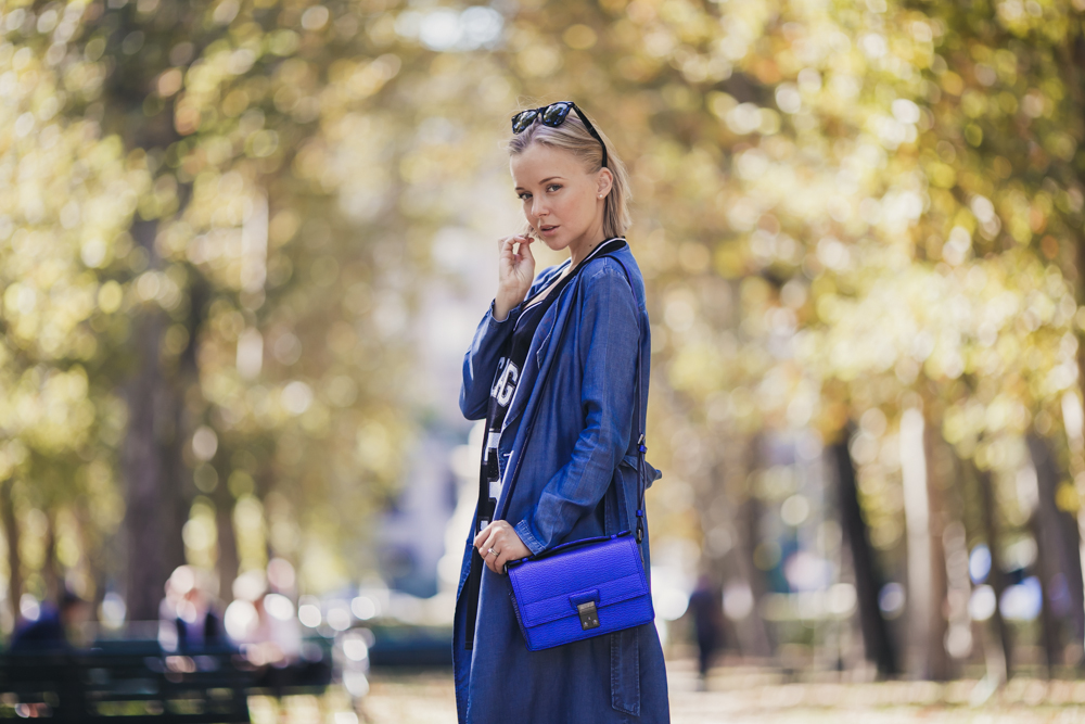 darya kamalova thecablook russian italian fashion blogger makes a street style in milan wearing asos long coat and monnier freres 31 phillip lim messenger bagin blue metallic-31