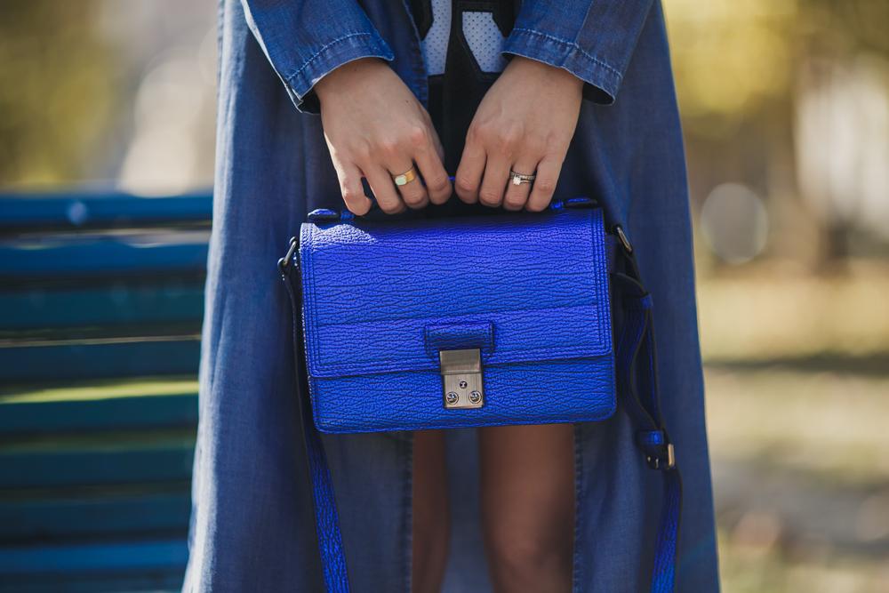 darya kamalova thecablook russian italian fashion blogger makes a street style in milan wearing asos long coat and monnier freres 31 phillip lim messenger bagin blue metallic-39