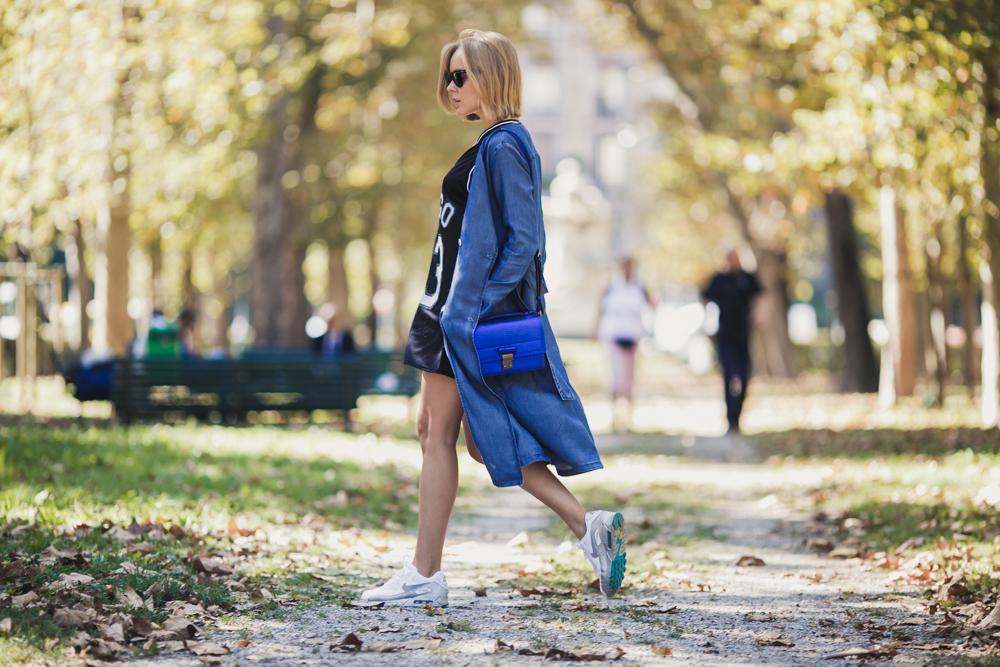 darya kamalova thecablook russian italian fashion blogger makes a street style in milan wearing asos long coat and monnier freres 31 phillip lim messenger bagin blue metallic-7