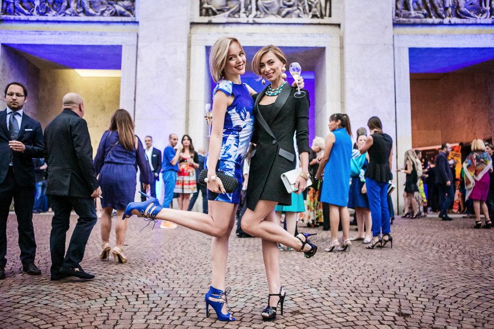 darya kamalova thecablook russian italian fashion blogger with eugenia applebum on firenze4ever blue city party in florence firenze in a blue sheinside dress missguided heels sandals and bottega veneta knot black clutch_-3 copy