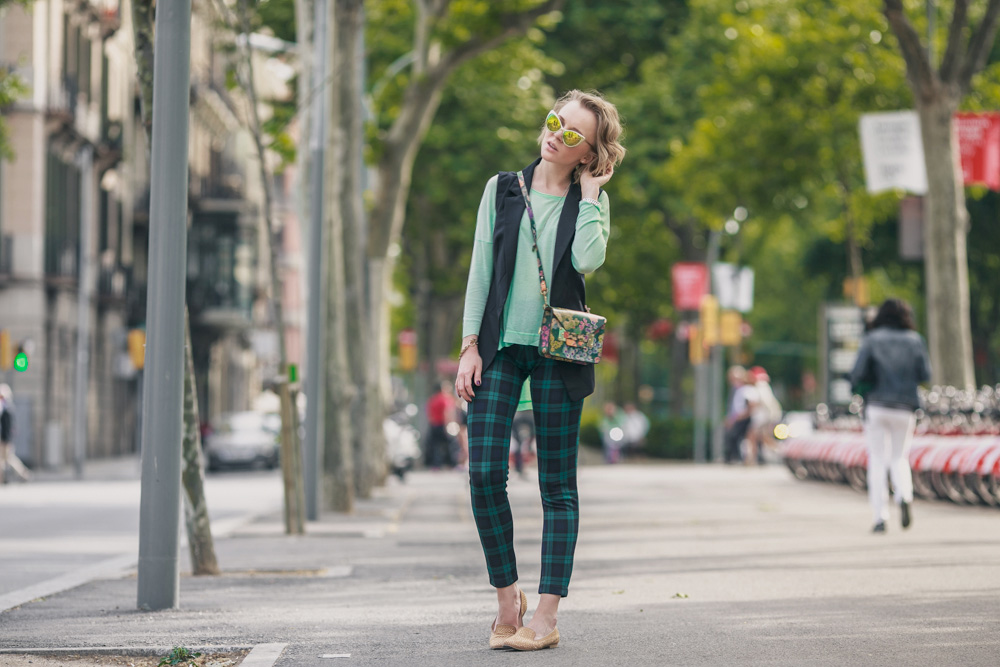 darya kamalova fashion blogger from thecablook in Barcelona wears sophie hulme flower bag with santa clara loafers and sheinside tartan green pants-3196 copy