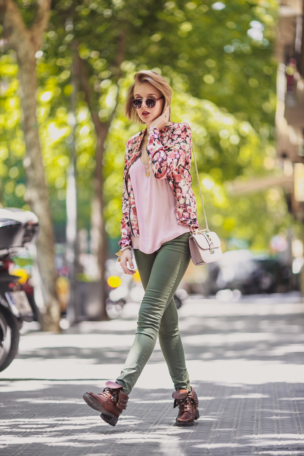 darya kamalova fashion blogger from thecablook in Barcelona wears valentino glam lock pale rose bag with asos khaki pants and sheinside flower biker jacket-1432