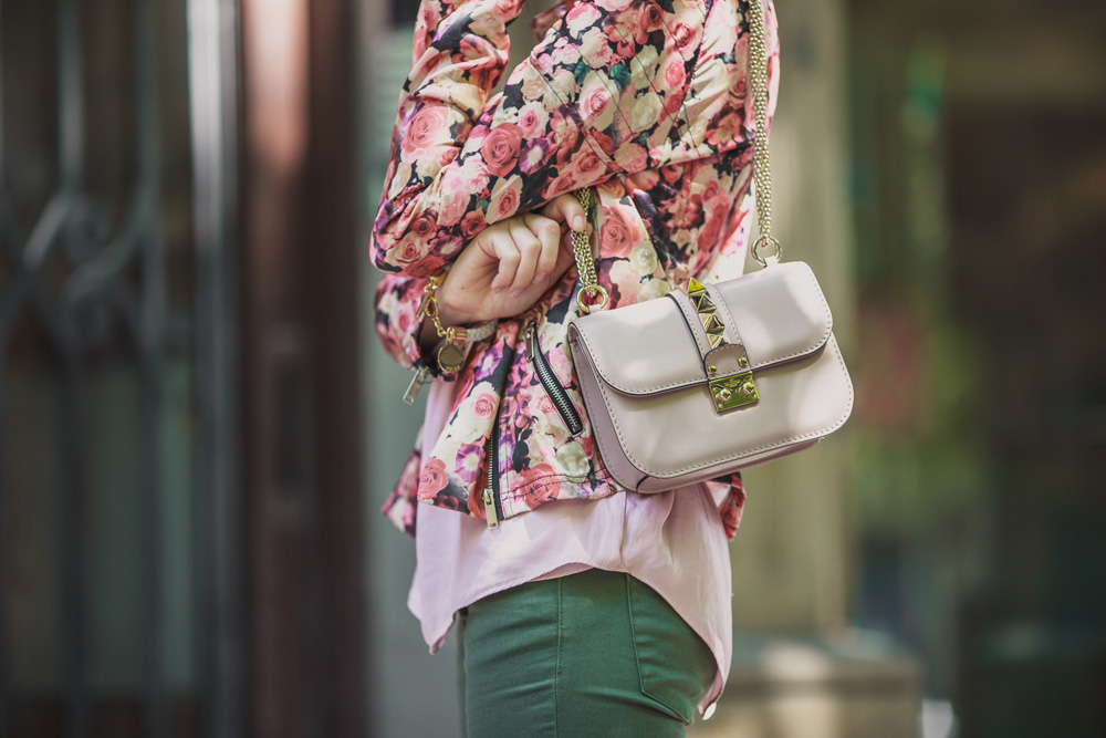 darya kamalova fashion blogger from thecablook in Barcelona wears valentino glam lock pale rose bag with asos khaki pants and sheinside flower biker jacket-1547