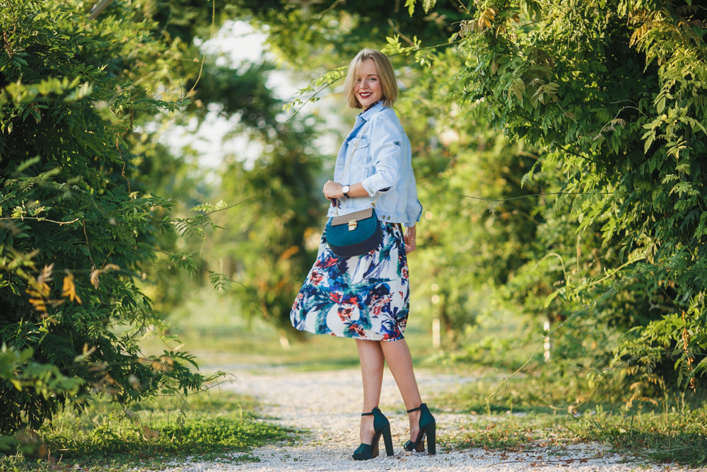 darya kamalova fashion blogger from thecablook wears a casual autumn outfit made of chicwish flower skirt asos denim jacket chloe drew bag and missguided tartan shirt_-13