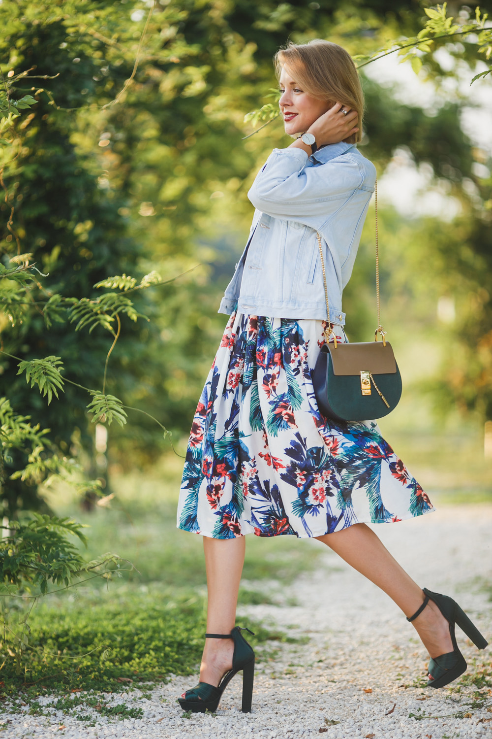 darya kamalova fashion blogger from thecablook wears a casual autumn outfit made of chicwish flower skirt asos denim jacket chloe drew bag and missguided tartan shirt_-20