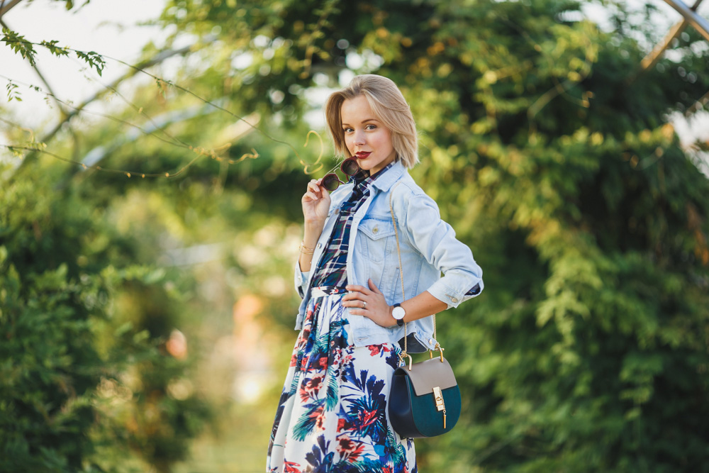 darya kamalova fashion blogger from thecablook wears a casual autumn outfit made of chicwish flower skirt asos denim jacket chloe drew bag and missguided tartan shirt_-26