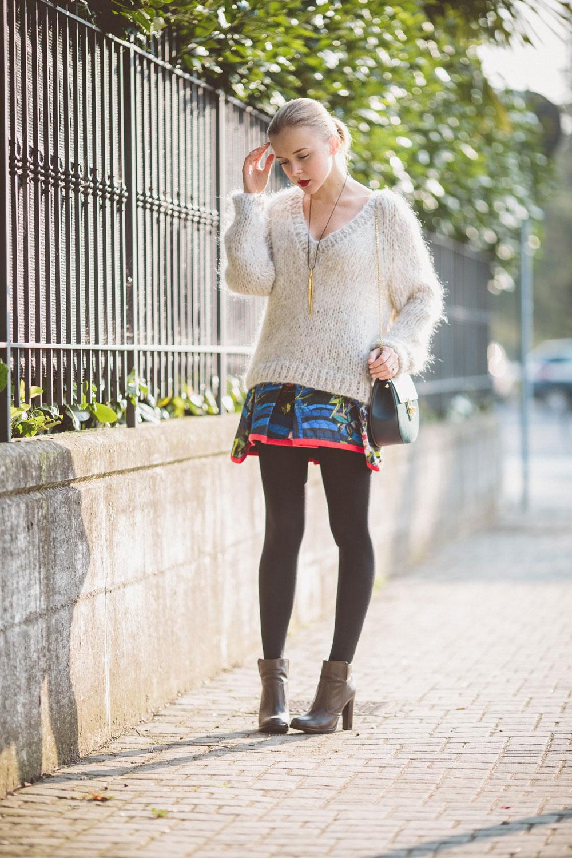 darya-kamalova-thecablook-vertu-asterlife-aster-wearing-chloe-drew-bag-leitmotiv-skirt-mesdemoiselles-sweater-tory-burch-booties-red-lips-9079