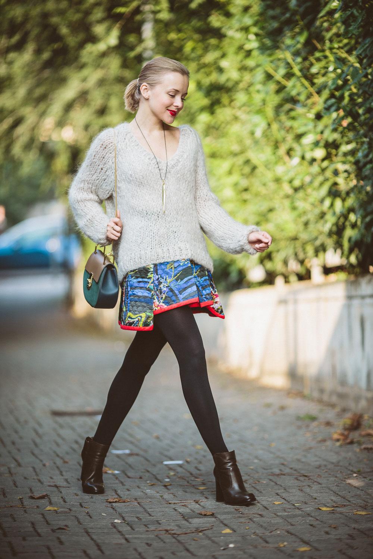 darya-kamalova-thecablook-vertu-asterlife-aster-wearing-chloe-drew-bag-leitmotiv-skirt-mesdemoiselles-sweater-tory-burch-booties-red-lips-9134