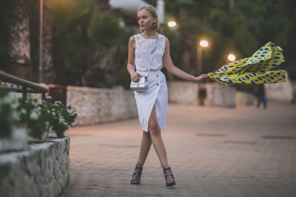 darya-kamalova-thecablook-fashion-lifestyle-blogger-from-thecablook-com-in-puglia-gargano-baia-dei-faraglioni-allegro-italia-in-zara-white-skirt-dolce-gabbana-crossbody-bag-missguided-blue-sandals-1853