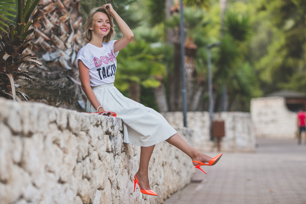 darya kamalova thecablook fashion lifestyle blogger from thecablook com in baia dei faraglioni in puglia south italy wearing river island leather white midi skirt with jimmy shoo heels sandals-3892