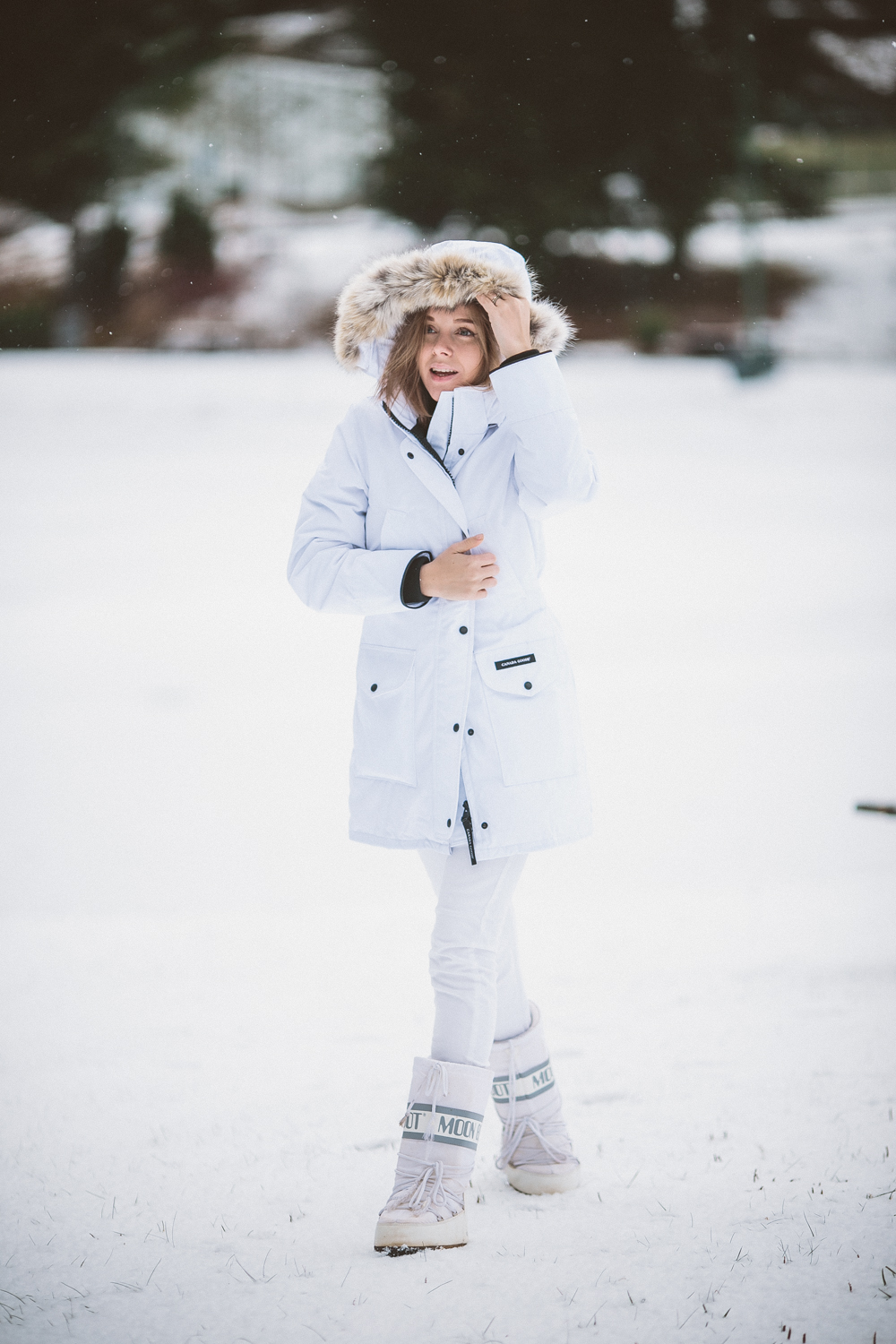 darya kamalova thecablook fashion lifestyle blogger from thecablook com in the mountains wearing moonboots and canada goose trillium white downcoat and asos jeans in italy under the snow-9167