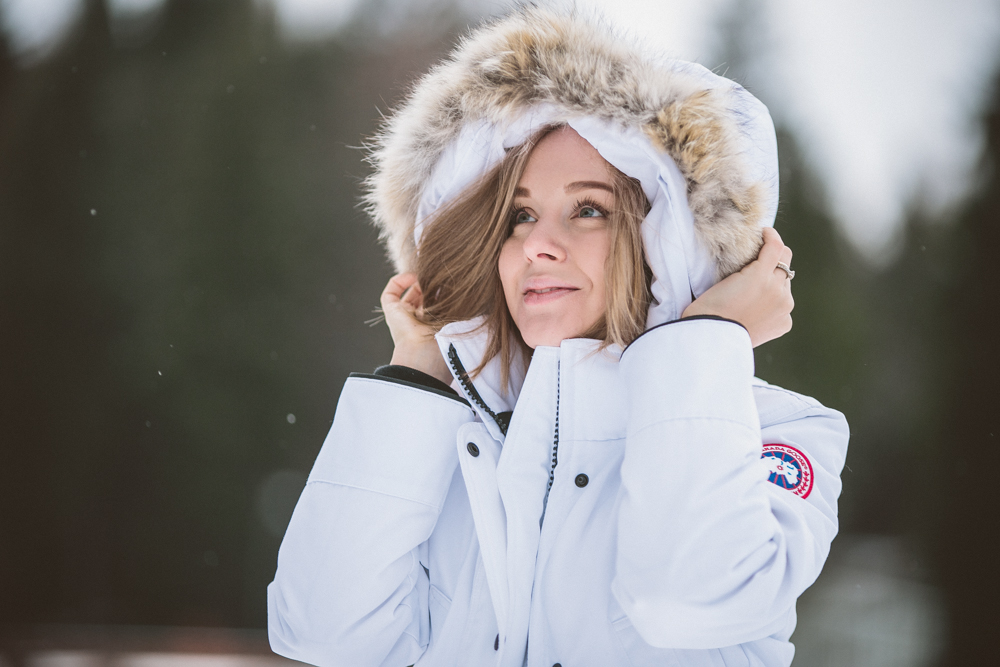 darya kamalova thecablook fashion lifestyle blogger from thecablook com in the mountains wearing moonboots and canada goose trillium white downcoat and asos jeans in italy under the snow-9200