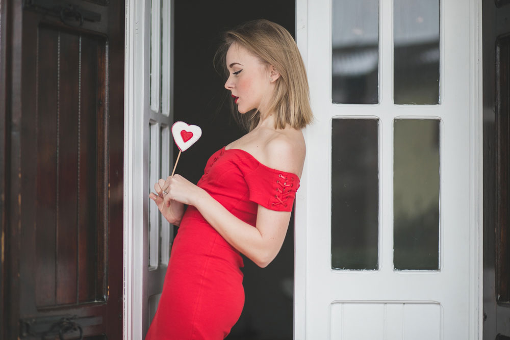 darya-kamalova-thecablook-fashion-lifestyle-russian-italian-blogger-wears-red-guess-dress-on-saint-valentines-day-outfil-with-red-lips--9461