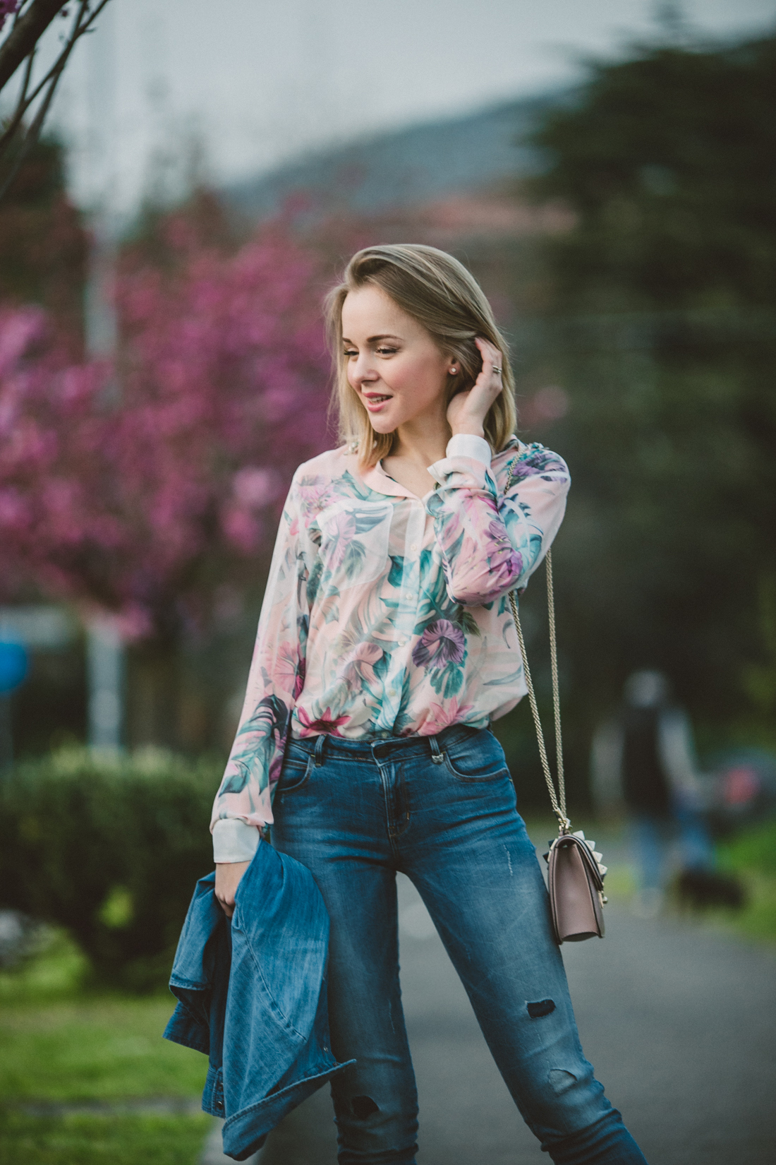 darya kamalova thecablook fashion lifestyle russian italian blogger wears total guess jeans myguess look with valentino rockstud glamrock cipria pale rose bag-4613