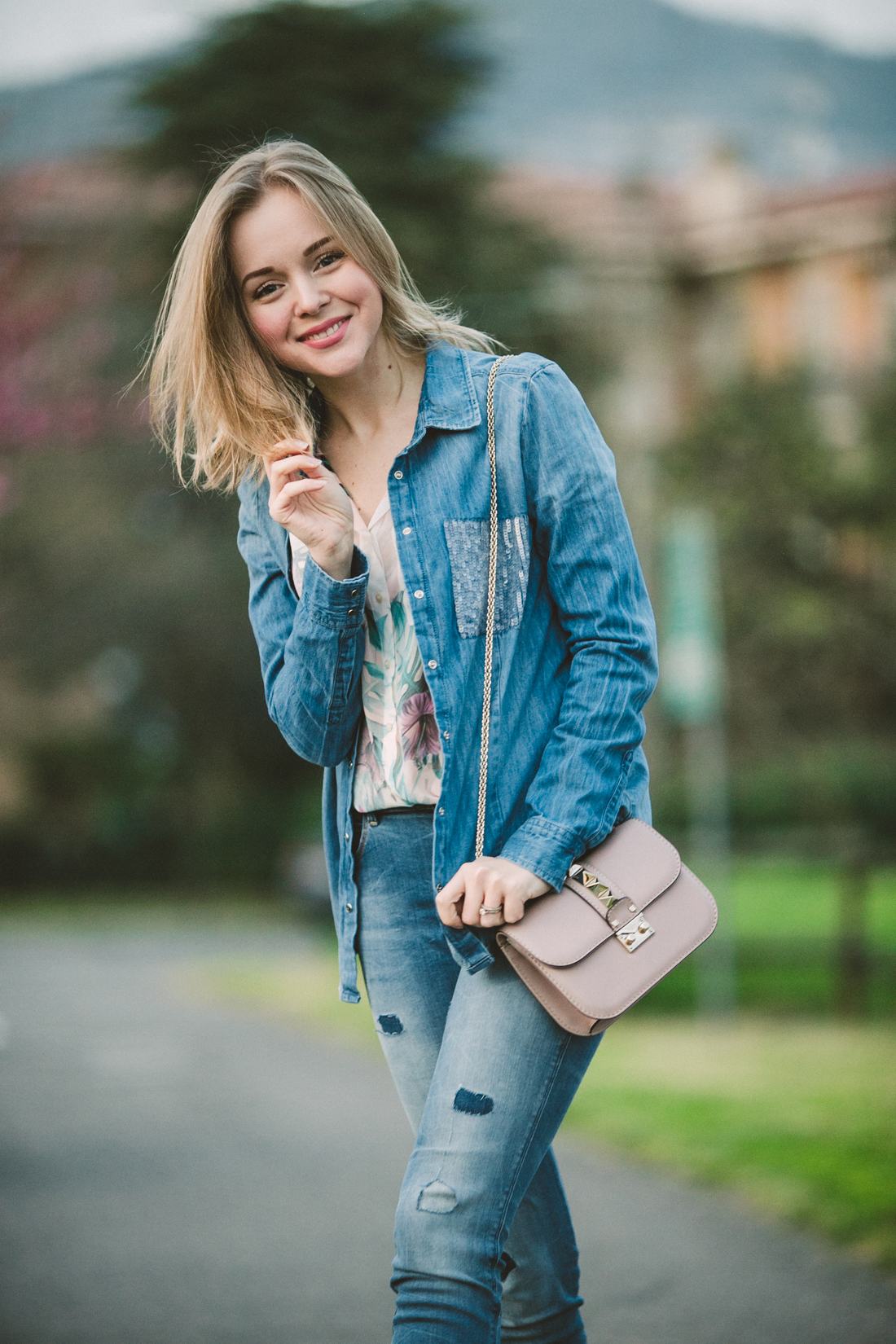 darya kamalova thecablook fashion lifestyle russian italian blogger wears total guess jeans myguess look with valentino rockstud glamrock cipria pale rose bag-4647
