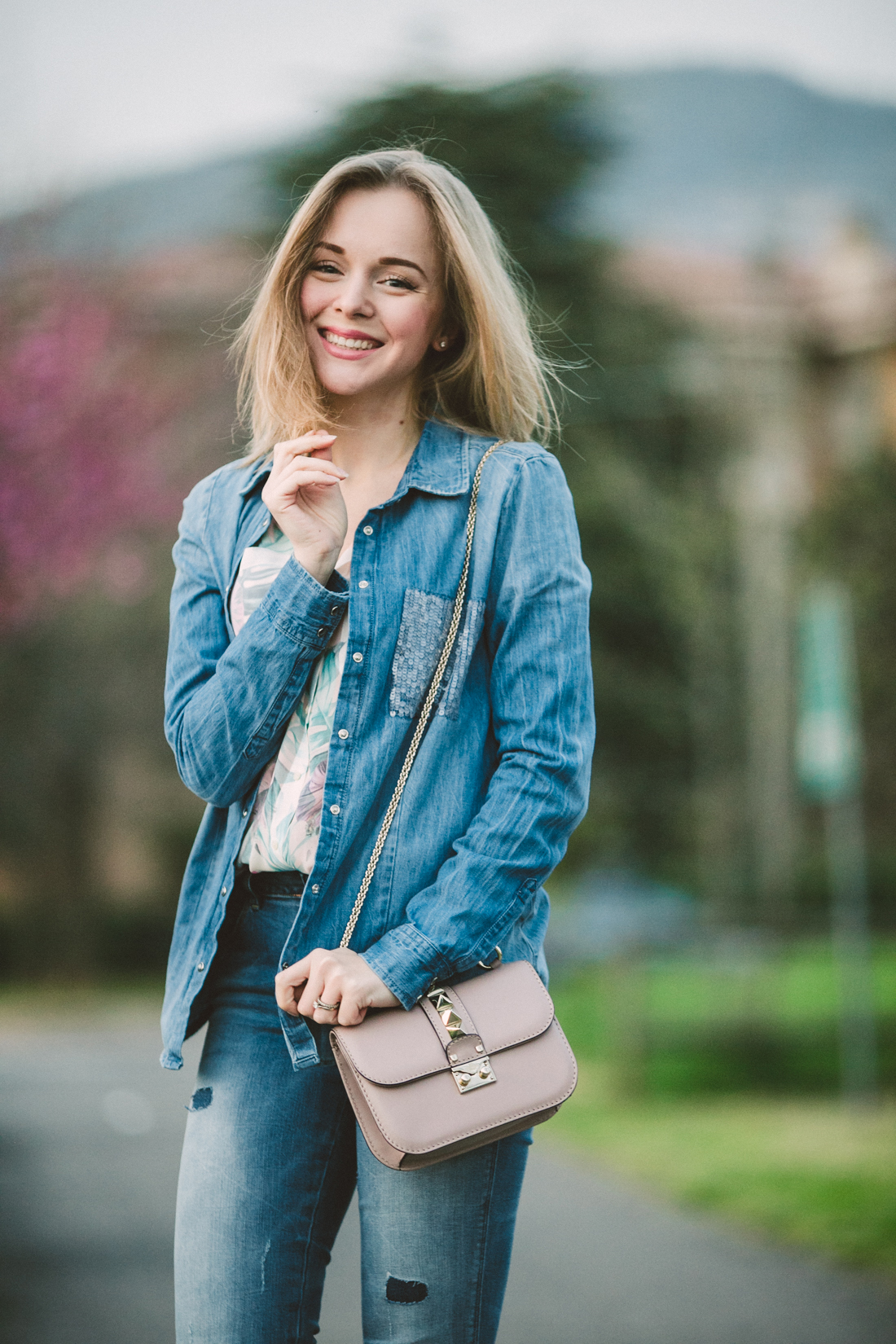 darya kamalova thecablook fashion lifestyle russian italian blogger wears total guess jeans myguess look with valentino rockstud glamrock cipria pale rose bag-4648