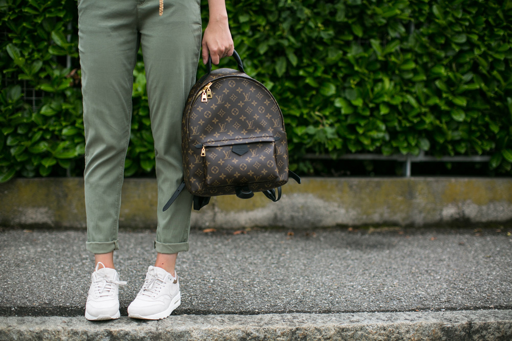darya kamalova thecablook fashion blogger streetstyle louis vuitton lv palm springs backpack with nike air max trainers italy-74